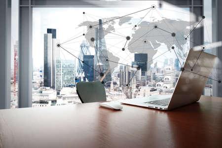 ノート パソコンとスマート フォン ソーシャル メディア ダイアグラムとロンドンの街の背景の木のテーブルの上と仕事場