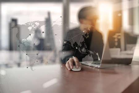 コンセプト: ソーシャル メディア ダイアグラムを含む概念としてコンピューター ノート パソコンとオフィスで働いている若い創造的なデザイナー男
