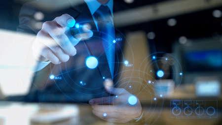 터치 스크린 컴퓨터에 가상 차트 사업을 그리기 사업가 손의 이중 노출