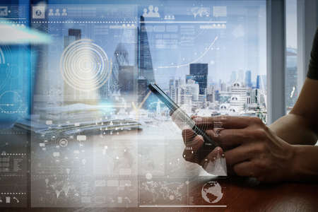communication: trabalho de designer mão e telefone inteligente e laptop na mesa de madeira no escritório com fundo da cidade londres