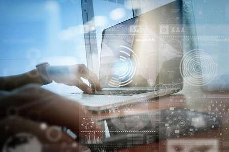 技術: 商人手與現代技術和數字圖層效果的經營戰略理念工作 版權商用圖片