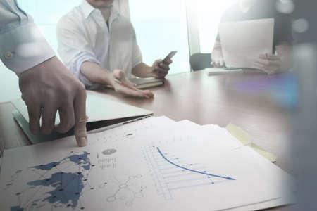 estrategia: Doble exposici�n de la mano de negocios que trabaja con la nueva estrategia de la computadora y los negocios modernos como concepto