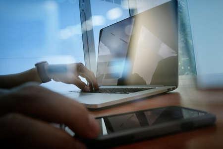 homme d'affaires travaillant main avec nouvel ordinateur moderne et téléphone intelligent et la stratégie d'affaires sur le bureau en bois que le concept Banque d'images