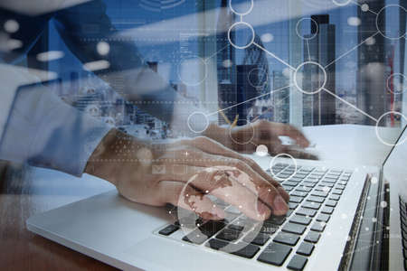 strategy: trabajar con la tecnolog�a moderna y efecto de capa digital como estrategia de negocio concepto de mano de negocios Foto de archivo