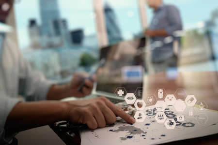 equipos medicos: M�dico que trabaja con la tableta digital y el ordenador port�til en la oficina de �rea de trabajo m�dico y diagrama de los medios de comunicaci�n de la red m�dica como concepto