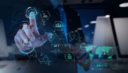 비즈니스 엔지니어의 손을 두 번 노출 컨셉으로 가상 컴퓨터 업계의 다이어그램을 작동