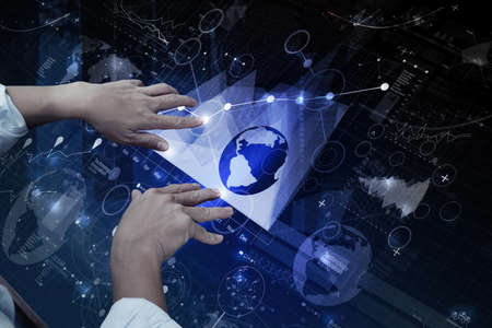 Draufsicht des Geschäftsmannes Hand arbeiten mit moderner Technologie und digitale Schicht Wirkung wie Business-Strategie-Konzept