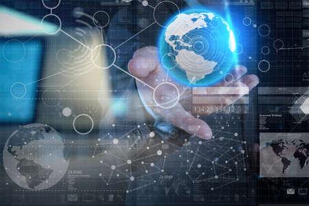 通訊: 商人手與現代技術和數字圖層效果的經營戰略理念工作 版權商用圖片