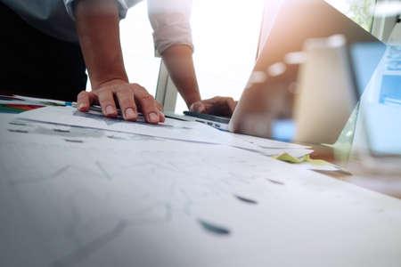 innovación: Doble exposición de la mano de negocios que trabaja con la nueva estrategia de la computadora y los negocios modernos como concepto