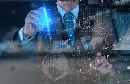 comunicación: trabajar con la tecnología moderna y efecto de capa digital como estrategia de negocio concepto de mano de negocios Foto de archivo