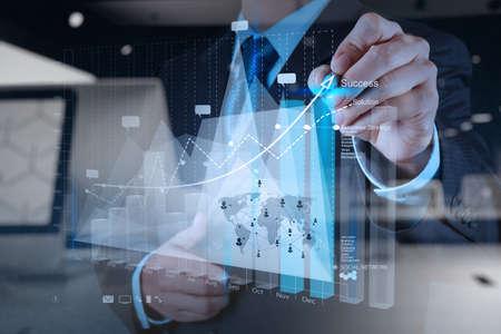 crecimiento: doble exposición de la mano de negocios que trabaja con la nueva estrategia de la computadora y los negocios modernos como concepto