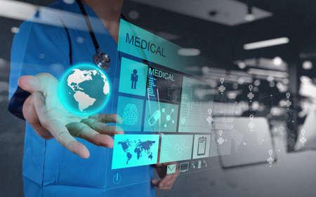medicina: doble exposición de Medicina de la mano del médico que trabaja con interfaz de la computadora moderna como concepto