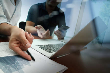 documents d'affaires sur la table de bureau avec téléphone intelligent et tablette numérique et graphique affaires diagramme et l'homme travaillant dans l'arrière-plan