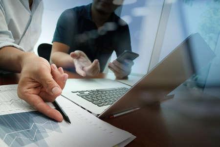 Geschäftsunterlagen auf Büro-Tabelle mit Smartphone und digitale Tablet und Grafik-Geschäftsdiagramm und Mann im Hintergrund