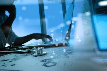 salute: Medico che lavorava con tavoletta digitale e computer portatile in ufficio medico di lavoro e di medicina schema multimediale di rete come concetto Archivio Fotografico