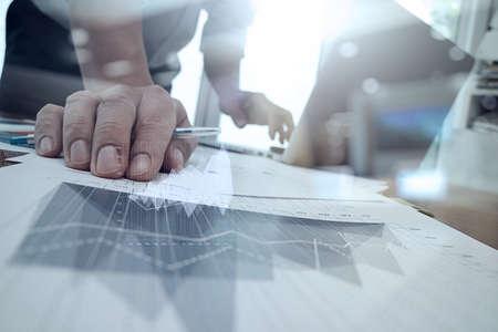 recursos financieros: documentos de negocios en la mesa de oficina con teléfono inteligente y la tableta digital y diagrama de negocio gráfico y hombre que trabajan en segundo plano