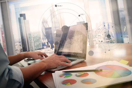 documenti aziendali sul tavolo ufficio con smart phone e computer portatile e grafico di business con diagramma social network e l'uomo che lavorano in background Archivio Fotografico