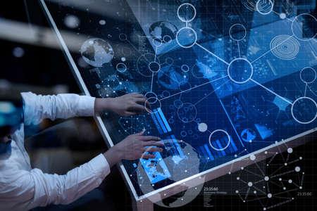 iş stratejisi kavram olarak modern teknoloji ve dijital tabaka etkisi ile çalışan işadamının el üstten görünümü