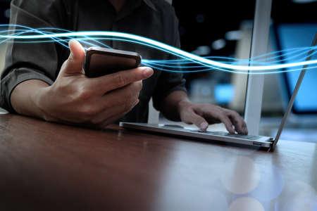 tecnologia: Ondas de luz azul e homem de negócios que usam no smartphone e computador portátil como conceito