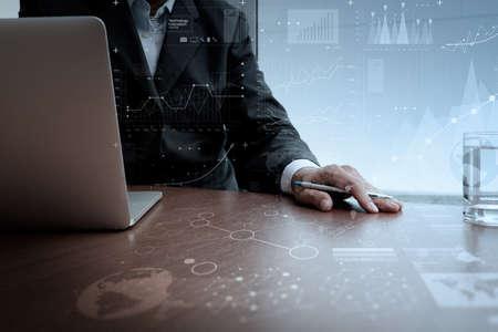 概念: 商人手與現代技術和數字圖層效果的經營戰略理念工作 版權商用圖片