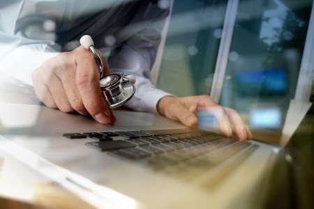 Tıbbi çalışma ofisinde dizüstü bilgisayar ve kavram olarak tıbbi ağ medya diyagram ile çalışan doktor Stok Fotoğraf