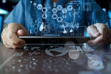 medicina: Medicina mano del m�dico que trabaja con interfaz de la computadora moderna como el concepto de red m�dica