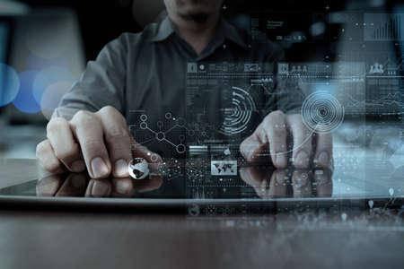 通訊: 商人手與現代技術的數字平板電腦和數字圖層效果的經營戰略理念工作