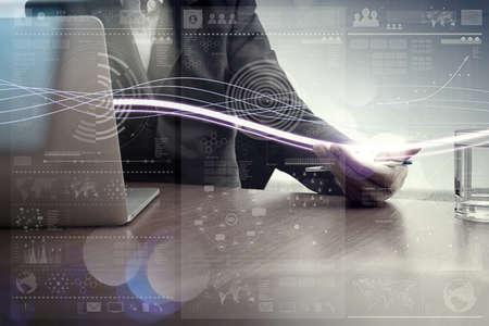 Golven van blauw licht en zakenman die op laptop computer met digitale laageffect als concept