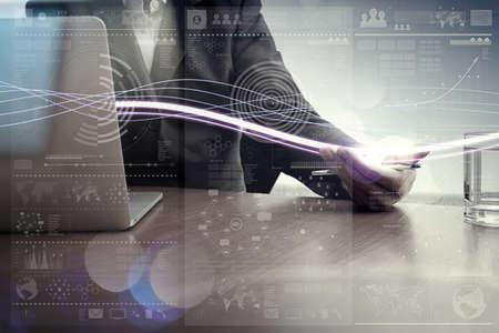Onde di luce blu e uomo d'affari con il computer portatile con effetto di livello digitale come concetto