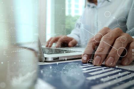 기술: 비즈니스 전략 개념으로 현대적인 기술과 디지털 레이어 효과 작업 사업가 손 스톡 콘텐츠