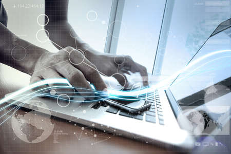 개념으로 디지털 레이어 효과와 노트북 컴퓨터와 스마트 폰에 사용하는 푸른 빛과 사업가의 파도