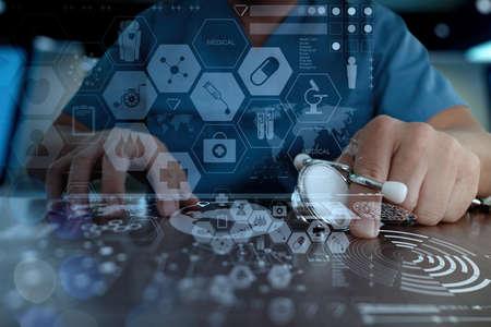 Medicina mano medico che lavora con la moderna interfaccia del computer come concetto di rete medico