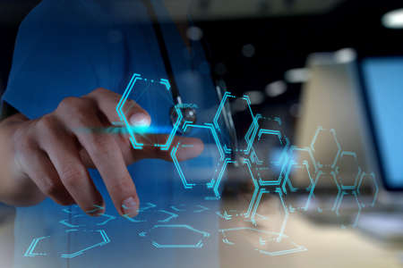 medicamento: Doble exposición de Medicina de la mano del médico que trabaja con interfaz de la computadora moderna como concepto médico