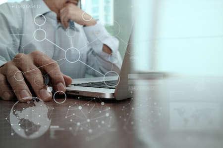 通信: 現代の技術とビジネス戦略コンセプトとしてデジタル レイヤー効果のビジネスマン手 写真素材