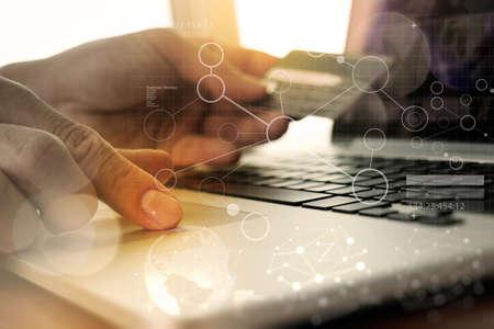 Hände mit Laptop und Betrieb Kreditkarte mit digitalen Schicht Wirkungs-Diagramm, wie Online-Shopping-Konzept