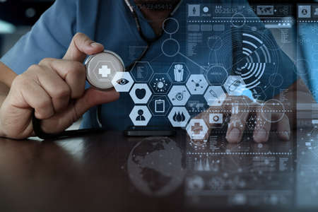 tecnologia: Doutor da medicina que trabalha com mão de interface do computador moderno como o conceito de rede médica