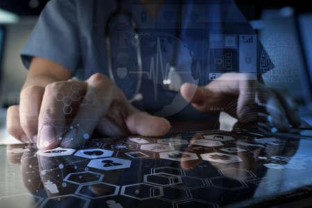 s�mbolo de la medicina: Medicina mano del m�dico que trabaja con interfaz de la computadora moderna y efecto de capa digital como el concepto de red m�dica Foto de archivo