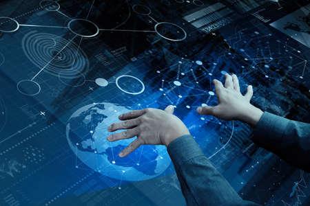 通訊: 商人手頂視圖與現代技術和數字圖層效果的經營戰略理念工作 版權商用圖片