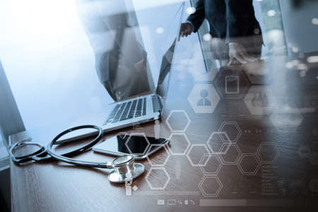 Dubbele blootstelling van teamarts die met laptop werkt in medisch werkruimte kantoor en medisch netwerk media diagram als concept