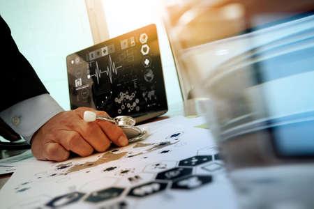 chăm sóc sức khỏe: bác sĩ làm việc với máy tính xách tay tại văn phòng không gian làm việc y tế và sơ đồ mạng lưới truyền thông y tế như là khái niệm