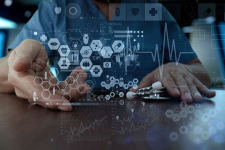simbolo medicina: Medicina mano del médico que trabaja con interfaz de la computadora moderna como el concepto de red médica