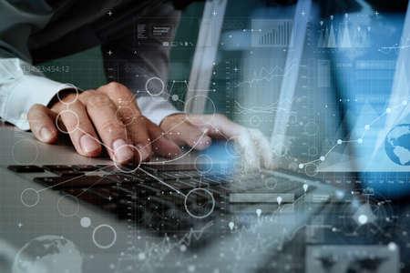 技术: 關閉的商人的手工作的空白屏幕的筆記本電腦上木桌的概念