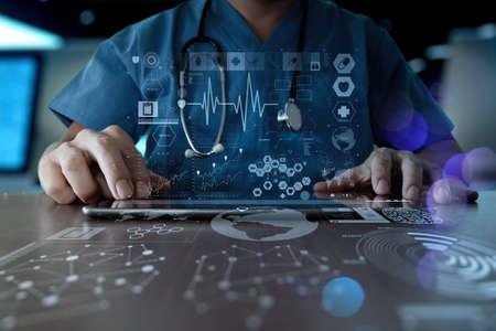 estetoscopio: Medicina mano del m�dico que trabaja con interfaz de la computadora moderna como el concepto de red m�dica
