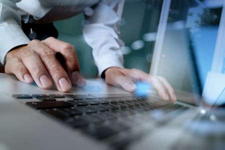 概念としての木製机の上の空白の画面ラップトップ コンピューターに取り組んでいるビジネス人間手のクローズ アップ 写真素材
