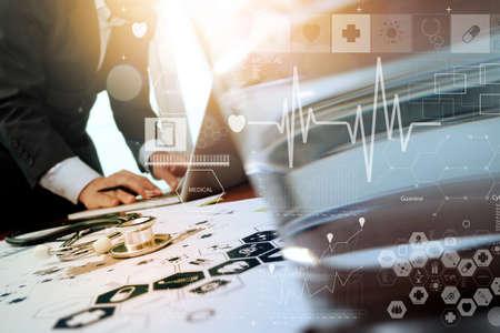ヘルスケア: 医師医療ワークスペース オフィスと概念として医療ネットワーク メディア ダイアグラムでラップトップ コンピューターでの作業