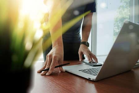 Ordinateur portable travail créateur de la main avec le vert au premier plan de l'usine sur le bureau en bois dans le bureau Banque d'images - 47329447