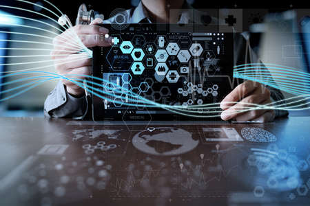 simbolo medicina: Medicina mano del m�dico que trabaja con interfaz de la computadora moderna y efecto de capa digital como el concepto de red m�dica Foto de archivo