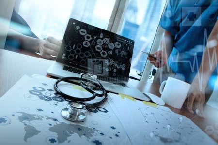 チーム ・ ドクター医療ワークスペース オフィスと概念として医療ネットワーク メディア ダイアグラムでラップトップ コンピューターでの作業 写真素材