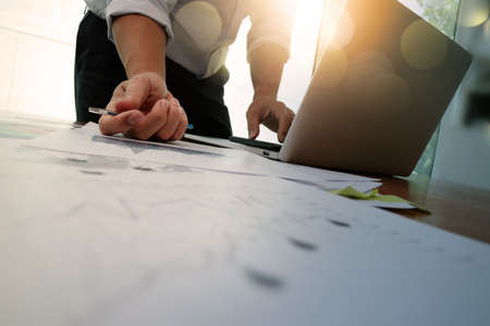 Dupla exposição de mão de homem de negócios, trabalhando com o novo computador moderno e estratégia de negócios como conceito