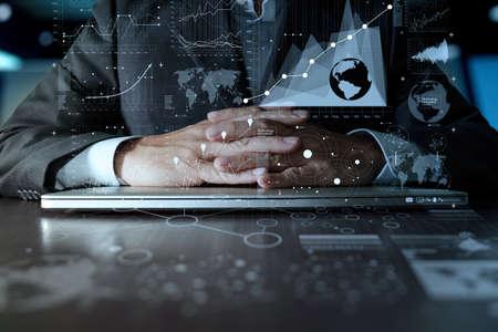 homme d'affaires travaillant main sur un ordinateur portable avec la stratégie couche d'affaires numérique et diagramme de médias sociaux sur le bureau en bois